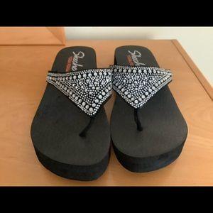 Skechers yoga foam t-strap wedge slippers